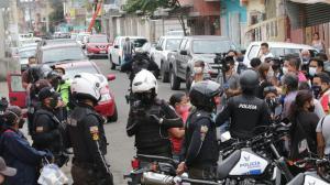 Decenas de agentes de la fuerza pública siguen apostados en las afueras del hospital del Suburbio, donde se encuentra Bucaram, cuyos seguidores están presentes y pendientes de lo que pase con é