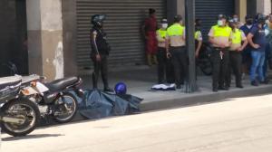 La víctima mortal quedó tendida en la vereda, junto a la moto que conducía.