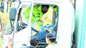 Jimmy Agapito Dávila fue asesinado a tiros. Su cuerpo quedó dentro de la cabina del camión blanco que conducía.