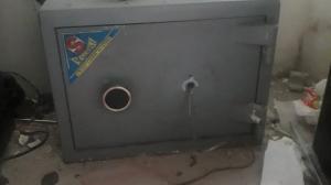 La caja fuerte esta empotrada al piso y por eso no pudieron llevársela.
