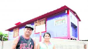 Darwin Vera Véliz y Andrea Mera Baños viven desde hace tres años en un container, el cual fue adecuado como una casa.
