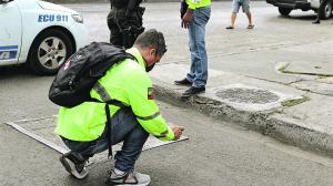 Un policía fotografió uno de los dientes de la víctima que quedó en el suelo. En el lugar también habían manchas de sangre.