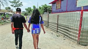 El letrero con la denominación Calle Amores está colocado en un tubo de la Casa Contenedor (reportaje publicado el 23 de agosto pasado). Las parejas suelen caminar cogiditas de las manos.