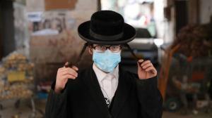Referencial. Un hombre judío es sorprendido sin su mascarilla en Nueva York.