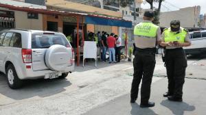 Un grupo de agentes estaba en un un local de comidas cuando un sujeto armado los sorprendió.