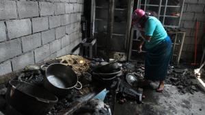 Los perjudicados buscan entre los escombros algún pertenencia que no se halla quemado.