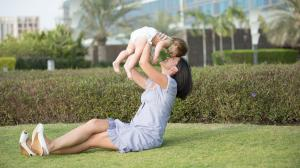mama e hijo en brazos