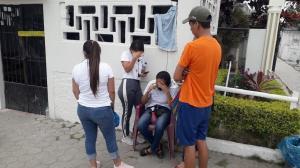 Cindy Macías junto con otros familiares lloran por el asesinato de su hermana.