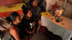 María Alvarado junto a sus hijas Paola y Katherine, el 29 de cada mes prenden una vela y piden por el alma de Adalberto.