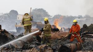 Hasta la mañana de ayer, bomberos de varios cantones aún combatían las llamas.