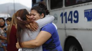 La esposa del policía fallecido recibe el consuelo de sus seres queridos.