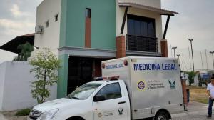 El cadáver del extranjero fue retirado del inmueble y llevado al Laboratorio de Criminalística.