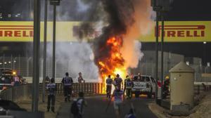El piloto Romain Grosjean emergió milagrosamente de las llamas después de que su monoplaza se incendiara.