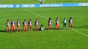 La joven se mantuvo sentada mientras se le rendían unos minutos al futbolista fallecido.
