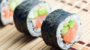 Chica pensaba que el sushi era el causante de sus alucinaciones.