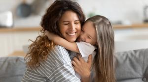 mamá que abraza