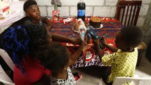 Antes de la cena, Amalia y sus niños se entretuvieron con los juguetes que les obsequiamos. La felicidad iluminó por una hora su hogar.
