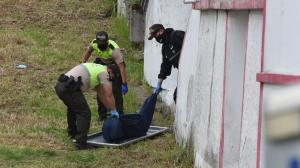 El cuerpo presentaba dos heridas de puñal en la parte del pecho, según la Policía.