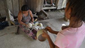 thumbnail_Beatriz Ushca junto a sus hijos  se encarga de trasnformar la corteza del mate