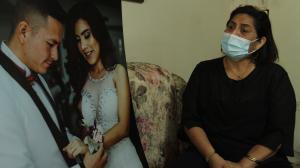 Observando una de las fotos del matrimonio. Katty Muñoz relata cómo fue el noviazgo de su hija  y Luis.