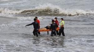 thumbnail_los bomberos y policias en la orilla para rescatar a la mujer