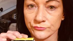 La mujer comió fuegos pirotécnicos y casi pierde la dentadura.