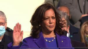 Kamala Harris, vicepresidenta de EEUU, usó el mismo traje que Lisa Simpson.