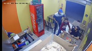 La pareja robando en el local de la Alborada.