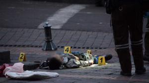 Personal de Criminalística recogió indicios cerca del sitio donde ocurrió el asesinato para tratar de esclarecer el hecho.