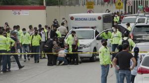 El hermano del conductor de televisión trató de acercase al vehículo donde estaba el cuerpo de Efraín. Lo contuvo la Policía.