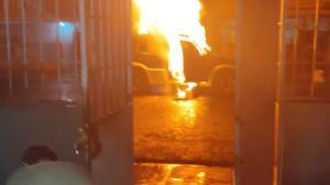 os vecinos utilizaron agua, cuatro extintores y arena para apagar las llamas del carro.