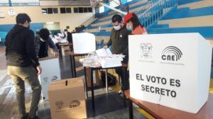 Miembros de las Juntas Receptoras del Voto armaron todo para que la gente empiece a sufragar.