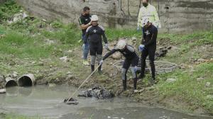 Los restos fueron encontrados envueltos en fundas plásticas y con cinta de embalaje. Personal del GIR los retiró de la zanja.