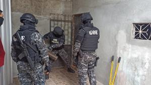 La Policía utilizó combos para romper las puertas e ingresar a las viviendasa allanadas.