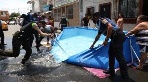 Policías y personal del Municipio desmontaron las piscinas.