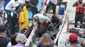 El cuerpo fue sacado del agua y llevado a la orilla en una canoa. Su padre fue al lugar para corroborar que era su muchacho.