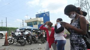 En los exteriores de las cárceles de Guayaquil familiares viven momentos de tensión y hermetismo.