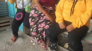 Desde el amotinamiento del martes, las esposas y madres de los privados de libertad acuden a los reclusorios de Guayaquil.