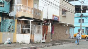 La mañana de ayer el velorio de Bryan Mauricio Moreira (circulo inferior) se desarrolló a puerta cerrada. Arriba su hermano Luis Eduardo.