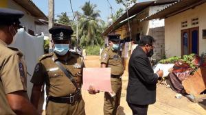 Se inspecciona el exterior de una casa donde una niña murió en Delgoda, Sri Lanka.