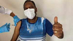 Lo vacunaron a Pelé y lo difunde en sus redes sociales.