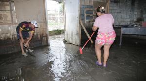 a mañana de ayer Magali Jama y su  esposLo sacaban el agua que ingresó a su casa. Ellos perdieron colchones y electrodomésticos.
