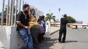 Familiares llegaron hasta el Laboratorio de Criminalística para retirar el cuerpo de su ser querido.