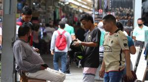 En la Bahía de Guayaquil este grupo de personas conversaban sin mascarilla. Solo el señor que estaba sentado llevaba puesta.