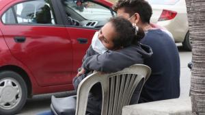 Ante el dolor por el crimen de su hijo, Sonia Guerrero es consolada por sus familiares