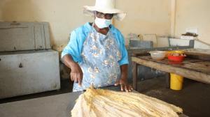 thumbnail_La Madrina preparando el pescado