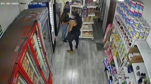La pequeña, acompañada de dos mujeres, entra a un minimarket y se llevan un iPad.