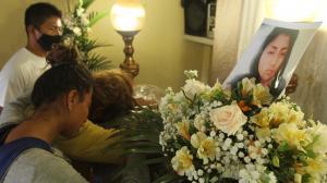 Sixta Magallanes García no puede contener el dolor ante la muerte su hija. Llora desconsolada junto a su féretro.