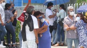 Familiares de los fallecidos en el accidente aviatorio protagonizaron escenas de dolor afuera del Laboratorio de Criminalística de Guayaquil.