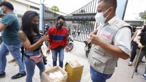 Varios votantes y comerciantes utilizaban de manera equivocada las mascarillas